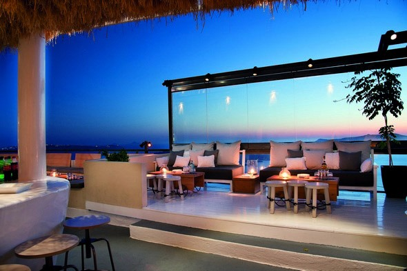Clubs and bars to party in Santorini